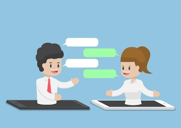 Les gens d'affaires discutant grâce à un smartphone ou une tablette, internet business communication concept