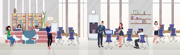 Les gens d'affaires employés succès concept de travail d'équipe processus acharné espace ouvert créatif centre de co-working espace de travail moderne intérieur de bureau plat horizontal pleine longueur
