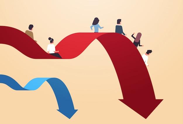 Les gens d'affaires glissant vers le bas chute économique flèche crise financière risque d'investissement en faillite échec commercial concept pleine longueur horizontale