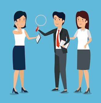 Les gens d'affaires avec des informations sur les documents et une loupe