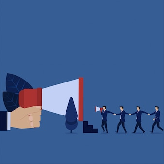 Les gens d'affaires marchent ensemble vers la métaphore du mégaphone invitant votre ami.