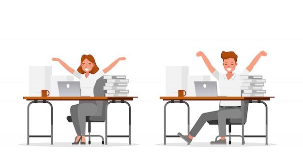 Gens d'affaires travaillant dans le caractère de bureau