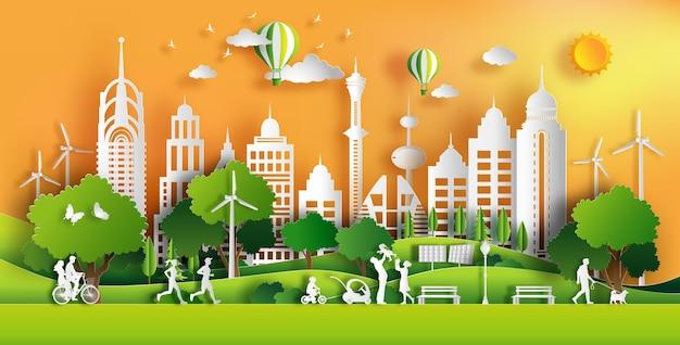 Les gens apprécient l'air frais dans le parc de la ville avec le coucher du soleil.