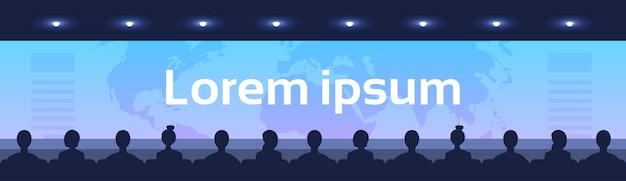 Gens asseoir salle de cinéma arrière vue arrière regardant écran carte du monde international des affaires mondialisation