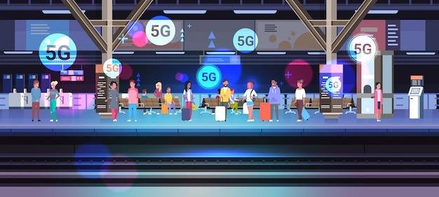 Les gens avec des bagages debout sur la plate-forme 5g communication en ligne des systèmes sans fil concept de connexion internet