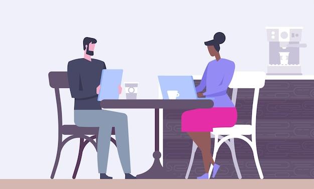 Les gens dans le centre de travail collaboratif de bureau créatif.