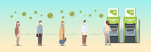 Les gens dans les masques font la queue devant la file d'attente de atm en gardant une distance de 2 mètres pour éviter la distanciation sociale de covid-19