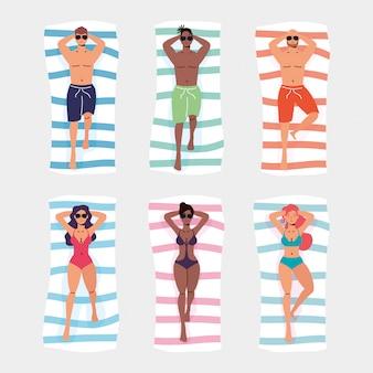 Gens dans les serviettes de plage scène de vacances d'été