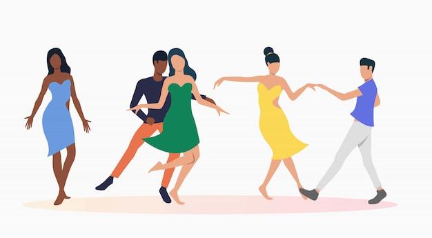 Les gens dansent la salsa