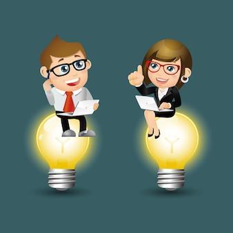 Les gens définissent des gens d'affaires d'affaires assis sur la lumière