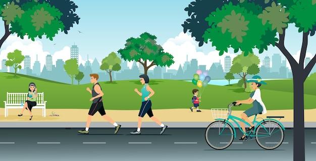 Les gens font du jogging et du vélo dans le parc