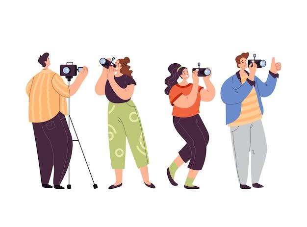 Gens homme femme opérateur journaliste paparazzi prenant photo ensemble isolé