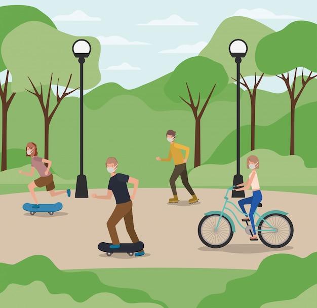Gens avec des masques sur le vélo et les planches à roulettes à la conception du parc