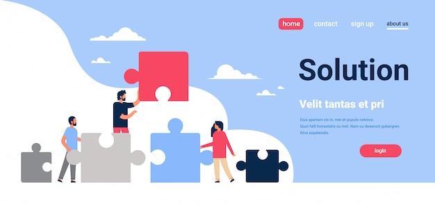Les gens mettre des pièces de puzzle problèmes solution homme femme équipe travail concept horizontal copie plate espace illustration vectorielle