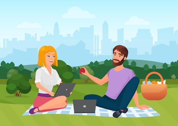 Les gens en pique-nique en été city park paysage homme femme assise sur une couverture ensemble