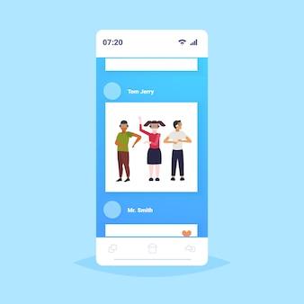 Les gens portant des lunettes 3d modernes amis expérimentant la réalité virtuelle grâce au casque vision vr concept de technologie numérique application mobile en ligne écran de smartphone sur toute la longueur