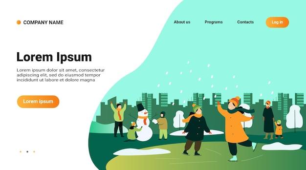 Les gens qui marchent dans le parc d'hiver isolé illustration vectorielle plane. dessin animé hommes, femmes et enfants patinage sur glace et fabrication de bonhomme de neige