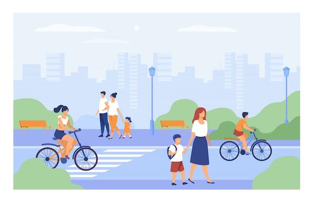 Les gens qui marchent le long de la rue dans le parc de la ville