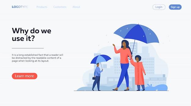 Les gens qui marchent sous la pluie sur la rue