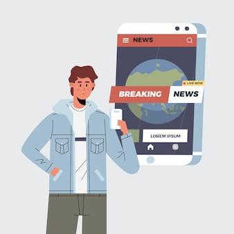 Les gens qui regardent les dernières nouvelles sur le téléphone