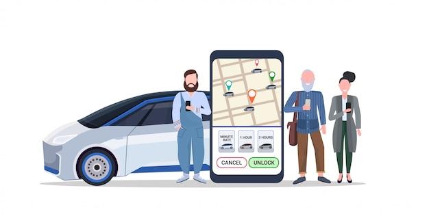 Les gens qui utilisent l'écran de l'application mobile smartphone avec carte gps commander le concept de partage de voiture de taxi application de service d'autopartage de transport pleine longueur horizontale