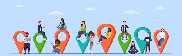 Les gens qui utilisent des gadgets numériques des balises géo colorées pointeurs mélanger hommes femmes près des marqueurs de localisation gps navigation concept pleine longueur horizontale