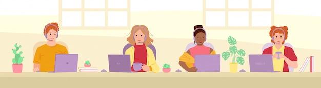 Les gens répondent aux appels dans le centre d'appels. collègue de dessin animé employé multiethnique avec des ordinateurs, des plantes d'intérieur, des casques d'écoute. personnel du service client
