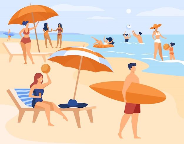 Les gens se reposant sur la plage de la mer en été