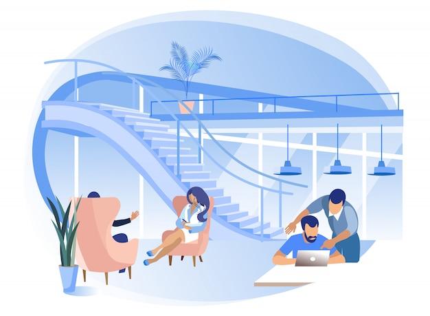 Les gens travaillent au premier étage du centre de coworking