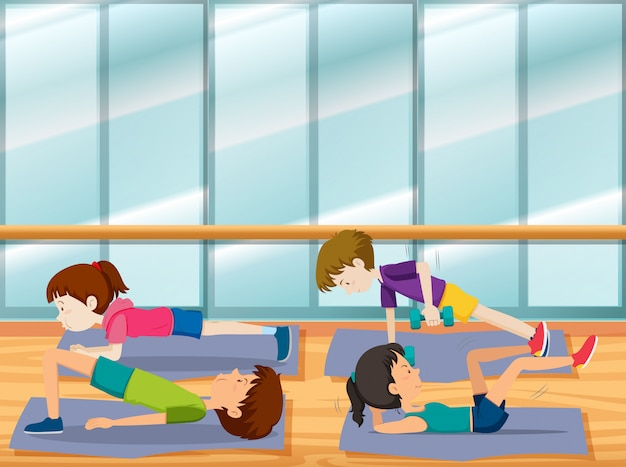 Les gens travaillent à la gym
