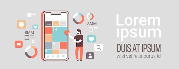 Gestionnaire utilisant l'application de gestion des médias sociaux des applications mobiles