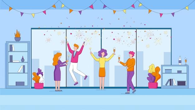 Gestionnaires joyeux célébrant des vacances au bureau.