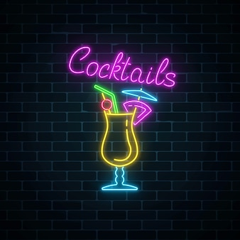 Glow neon sign of cocktails bar sur fond de mur de briques sombres. publicité sur le gaz incandescent avec pina colada