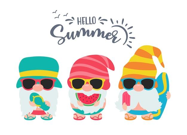 Les gnomes portent des chapeaux et des lunettes de soleil pour les voyages d'été à la plage.