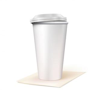 Gobelet en papier avec couvercle se dresse sur une serviette en papier
