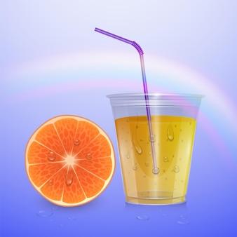 Gobelet en plastique jetable rempli. du jus d'orange.