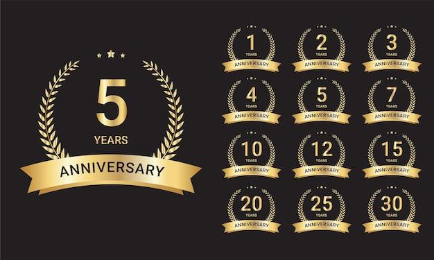 Grand ensemble d'étiquettes d'anniversaire de mariage d'or vecteur gratuit