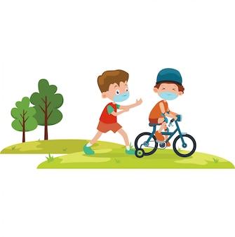 Grand frère enseigne à son petit frère à faire du tricycle tout en utilisant un masque médical