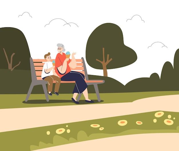 Grand-mère assise avec un enfant dans un parc d'été sur un banc, heureuse de manger des glaces, passe du temps avec son petit-enfant à l'extérieur. activité de grand-mère et petit enfant. illustration vectorielle plane de dessin animé