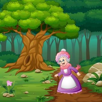 Grand-mère dans la rue de la forêt