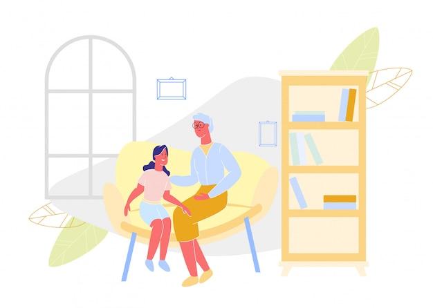 Grand-mère et petite-fille sur le canapé dans l'appartement