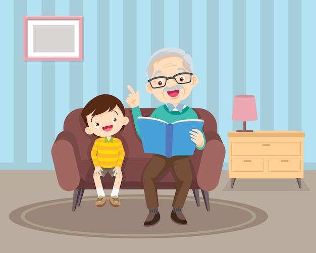 Grand-père assis avec petits-enfants sur un canapé avec le livre