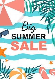Grande bannière verticale de vente d'été, feuilles de palmier, parasol, tongs