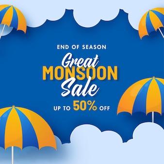 Grande conception d'affiche de vente de mousson avec une offre de réduction de 50 % et un parapluie décoré sur fond de nuages bleus.