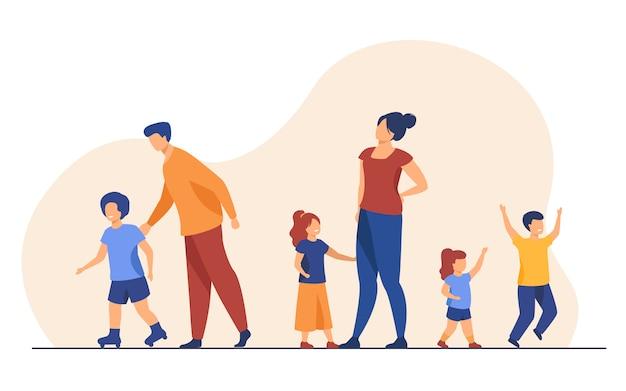 Grande famille marchant à l'extérieur