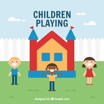 Grande scène des enfants heureux et château gonflable