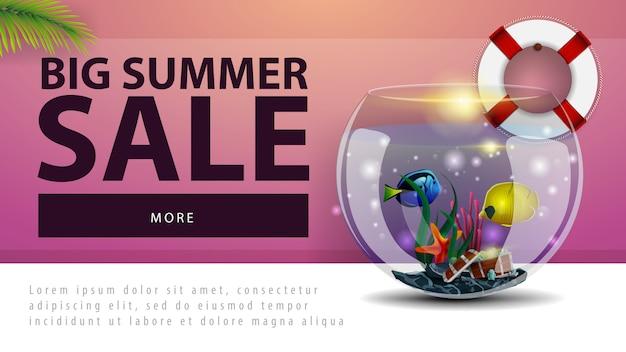 Grande vente d'été, bannière web discount avec aquarium rond avec poisson