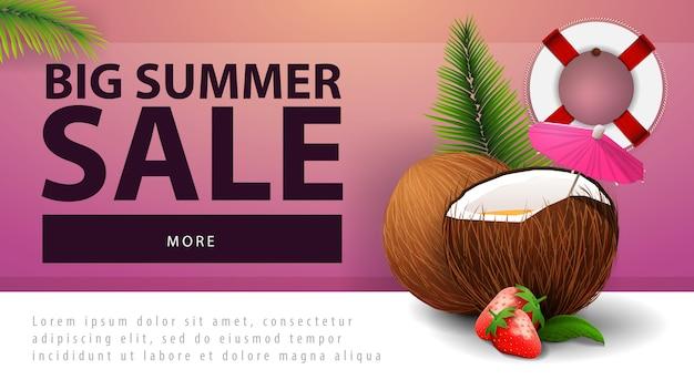 Grande vente d'été, bannière web discount avec cocktail de fraises à la noix de coco