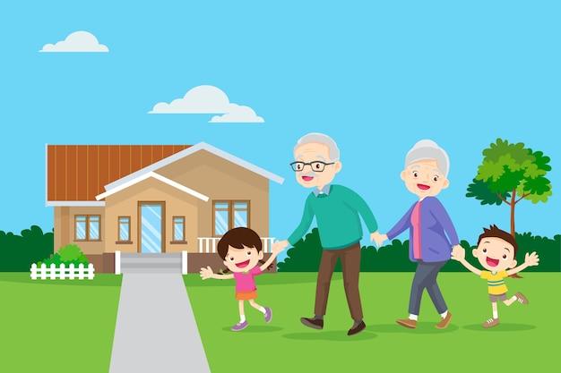 Les grands-parents avec enfants marchent près de la maison ensemble à l'extérieur. grand-père, grand-mère et enfant marchant si heureux