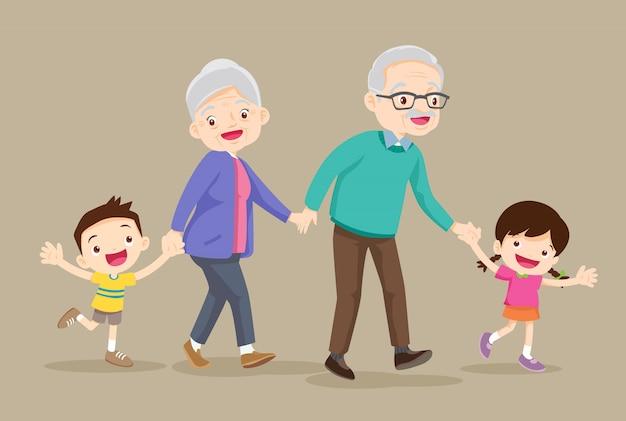 Les grands-parents avec enfants marchent